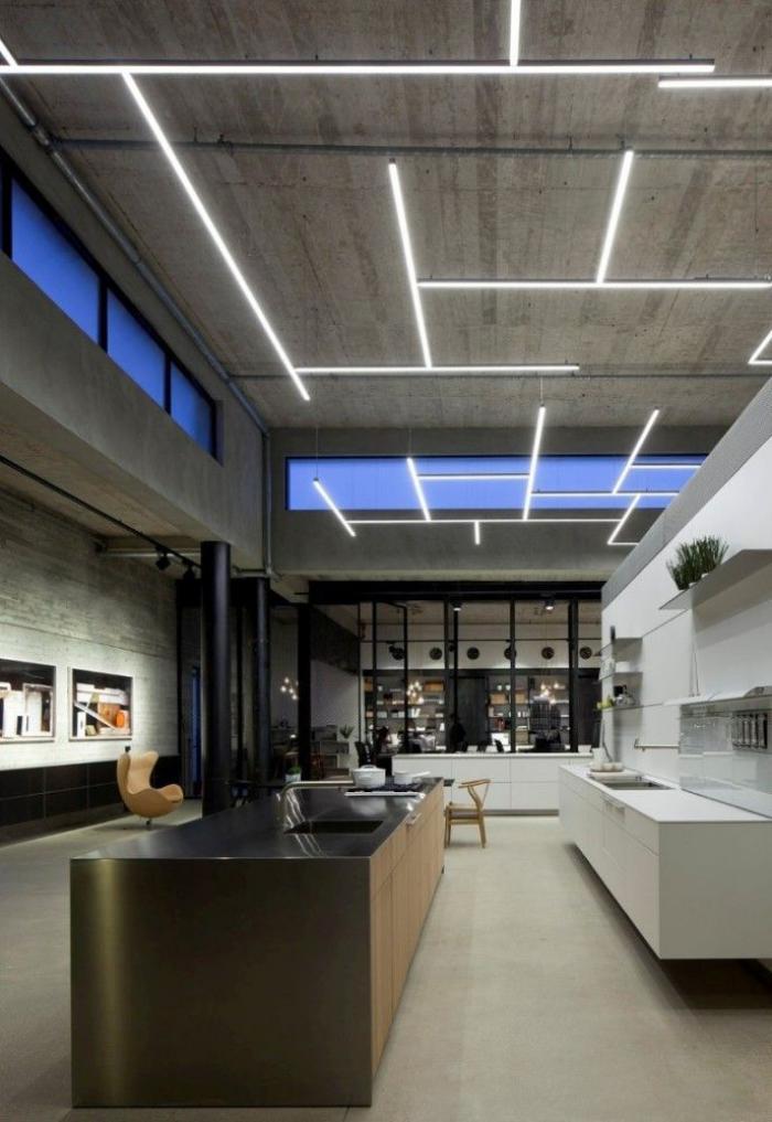 plafond-lumineux-grande-cuisine-industrielle-avec-plafond-en-béton-illuminé