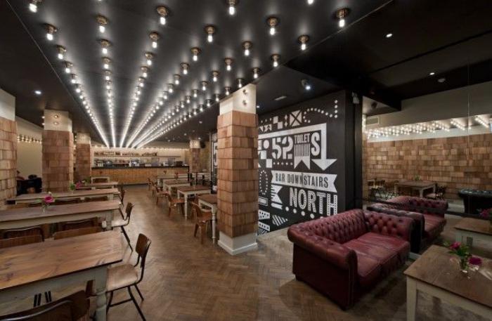 plafond-lumineux-multitude-d'ampoules-électriques