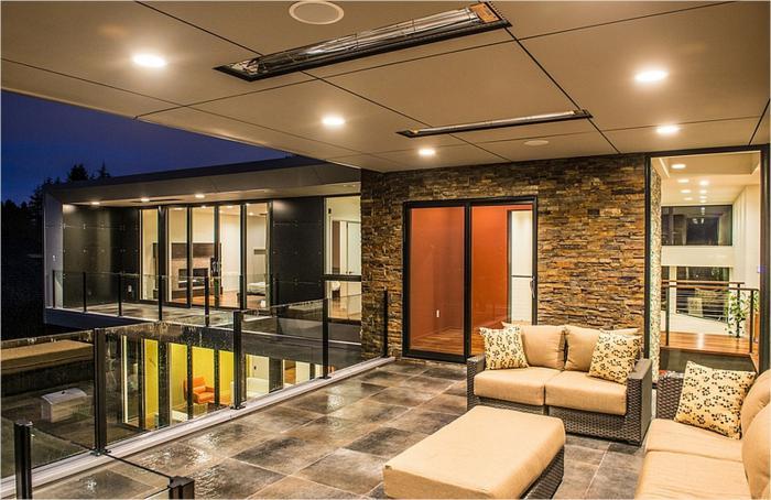 plafond-lumineux-murs-en-granit-intérieur-ouvert-vers-le-jardin-demeure-contemporaine