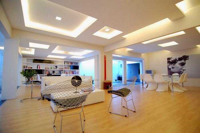 plafond-lumineux-séjour-contemporain-magnifique-idée-déco-avec-lumières-led