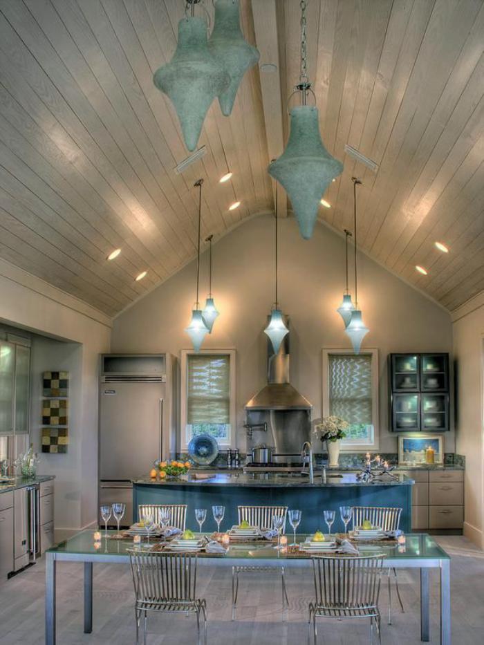 plafond-lumineux-sous-pente-jolie-cuisine-éclectique