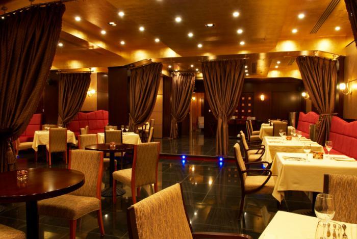 plafond-lumineux-spots-de-plafond-pour-un-restaurant-moderne