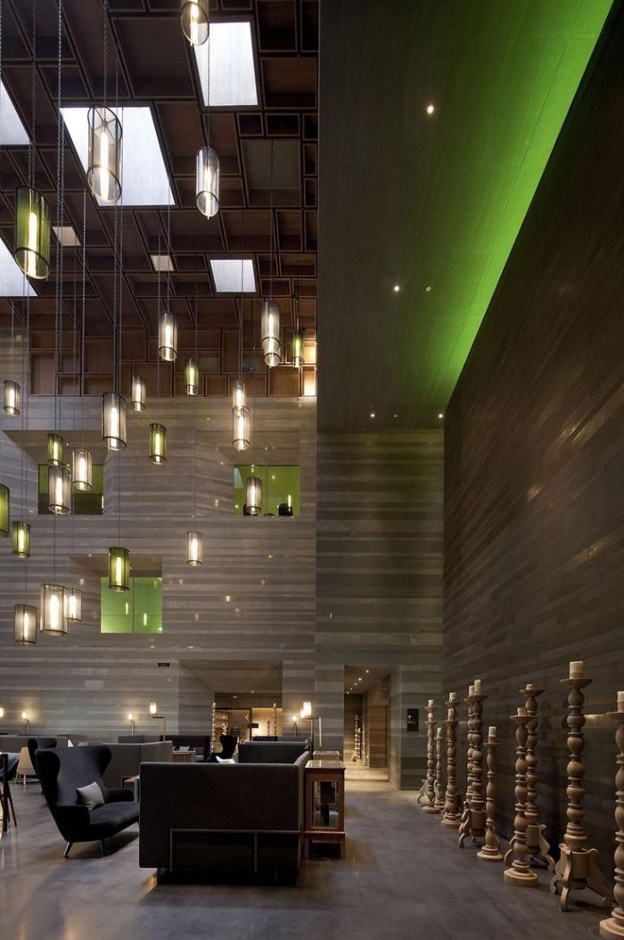 plafond-lumineux-suspendu-et-plusieurs-lampes-pendantes