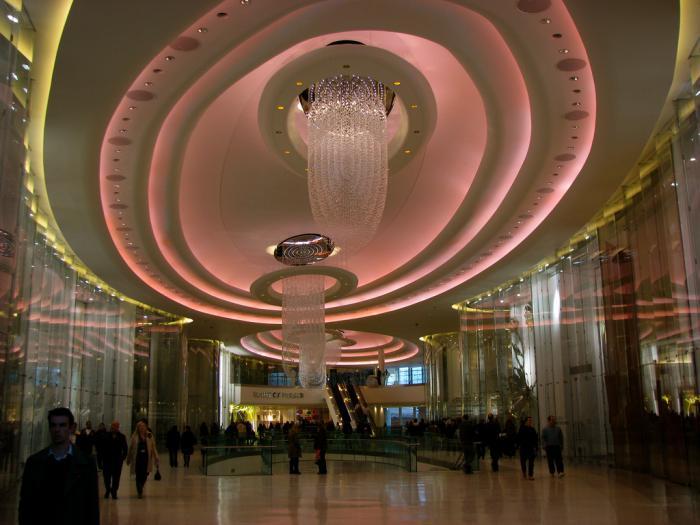 plafond-lumineux-un-grand-hall-publique-plafond-tendu-lumière-rose