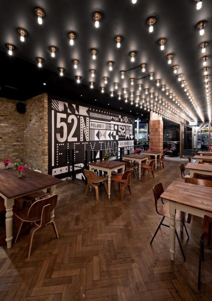 plafond-lumineux-une-boîte-style-industriel-plusieurs-ampoules-électriques