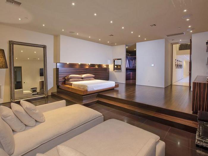 plafond-lumineux-vaste-chambre-à-coucher-contemporaine
