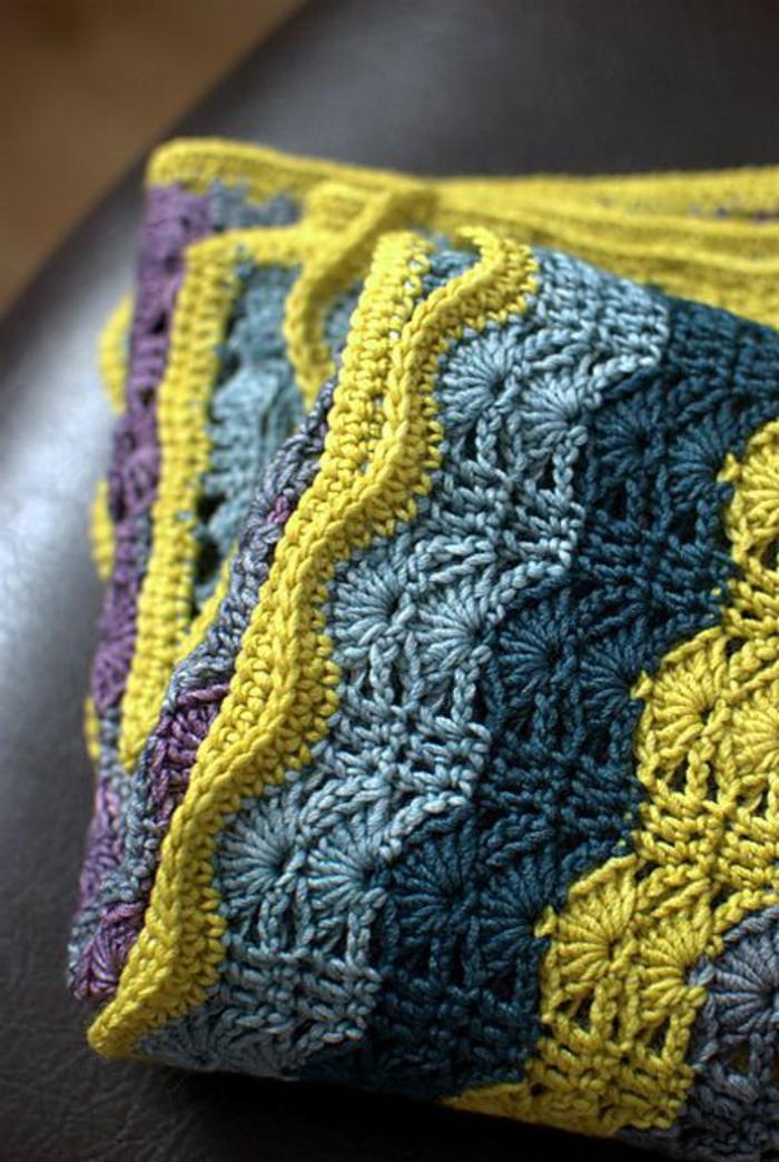 plaid-pas-cher-tricote-pour-le-canape-en-cuir-noir-salon-avec-canape-en-cuir