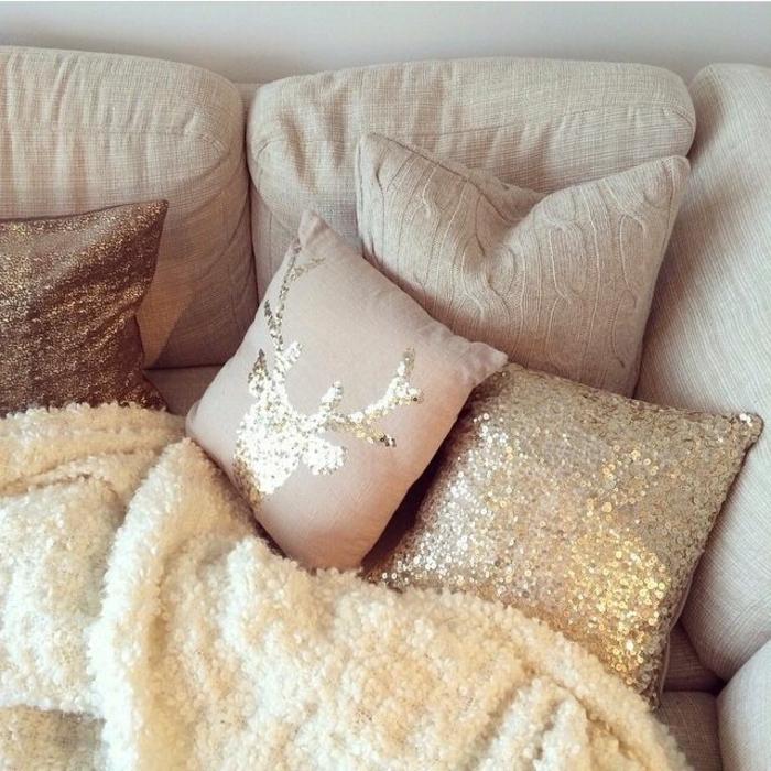 plaid-polaire-blanc-canape-beige-dans-le-salon-coussins-de-canape-jeté-de-canapé-pas-cher-blanc