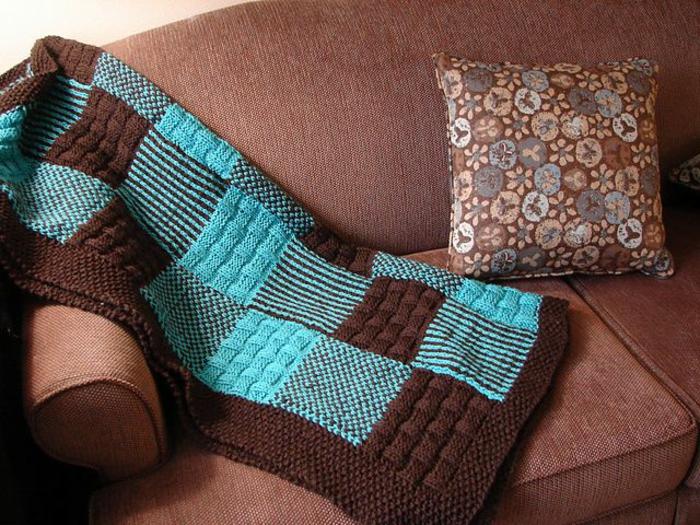 plaid-pour-canapé-bleu-marron-comment-decorer-le-canape-choisir-le-meilleur-jeté-de-canapé-pas-cher