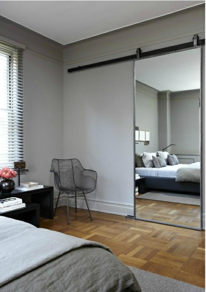 porte-coulissante-à-galandage-mur-gris-parquet-en-bois-clair-chambre-gris