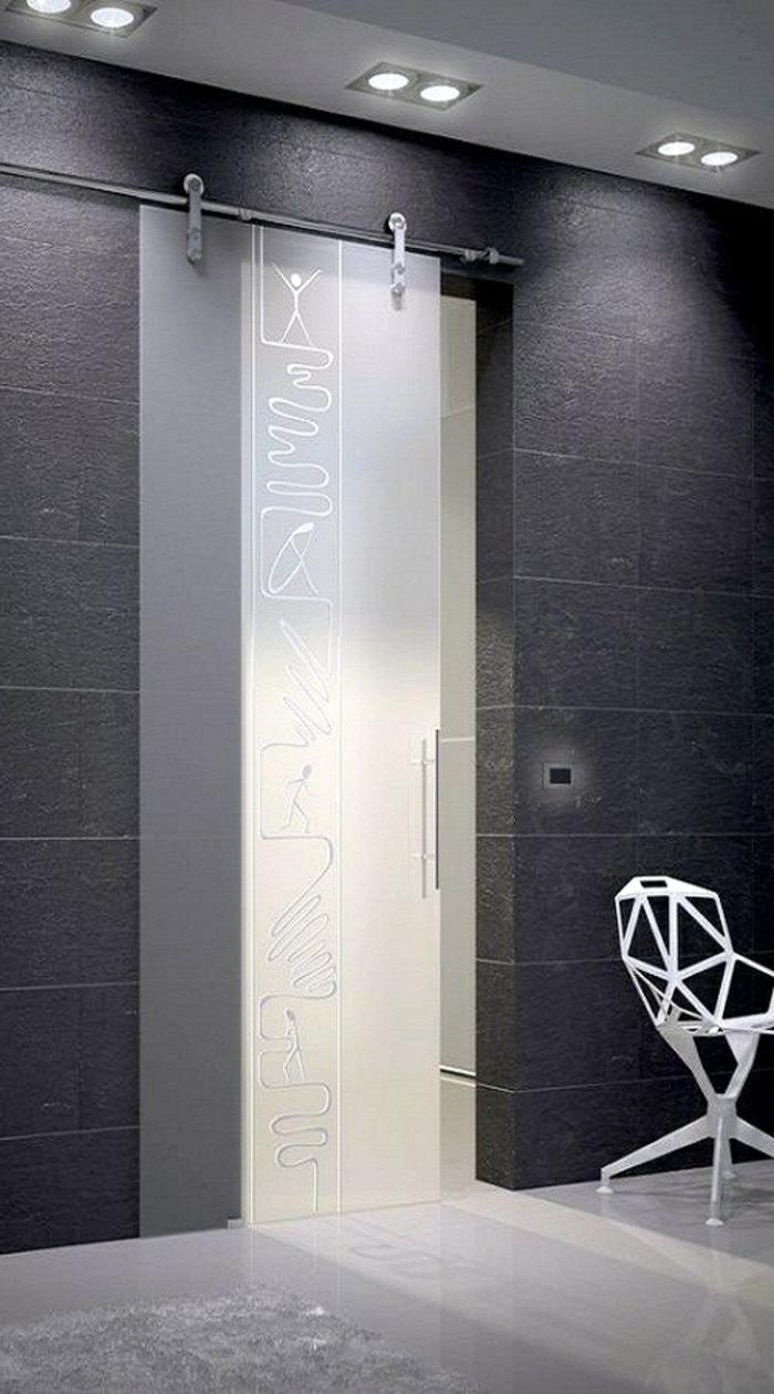 porte-coulissante-à-galandage-transparent-blanche-mur-avec-briques-gris-d-intérieur