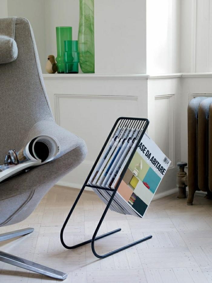 porte-revue-fly-en-fer-noir-ou-poser-les-magasins-chez-vous-fauteuil-gris-pour-le-salon