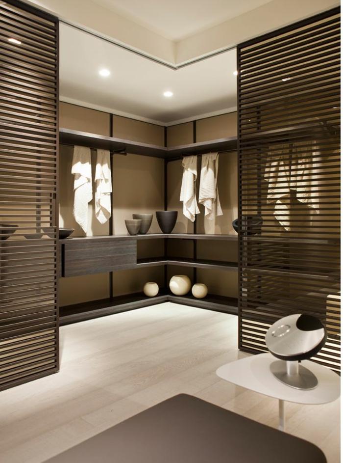 portes-à-galandage-chambre-en-bois-marron-foncé-sol-avec-parquet-clair-tapis-beige