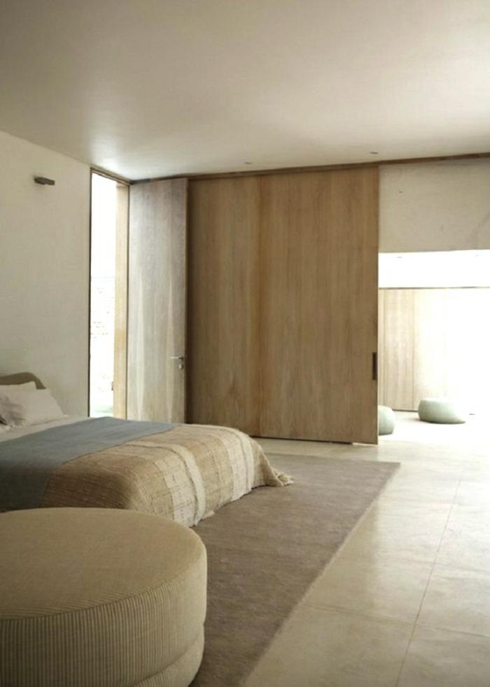 portes-à-galandage-en-bois-clair-dans-la-chambre-à-coucher-beige-avec-tapis-beige