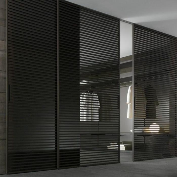 portes-à-galandage-en-bois-noir-sol-gris-et-tapis-gris-plafond-blanc-dressing-moderne