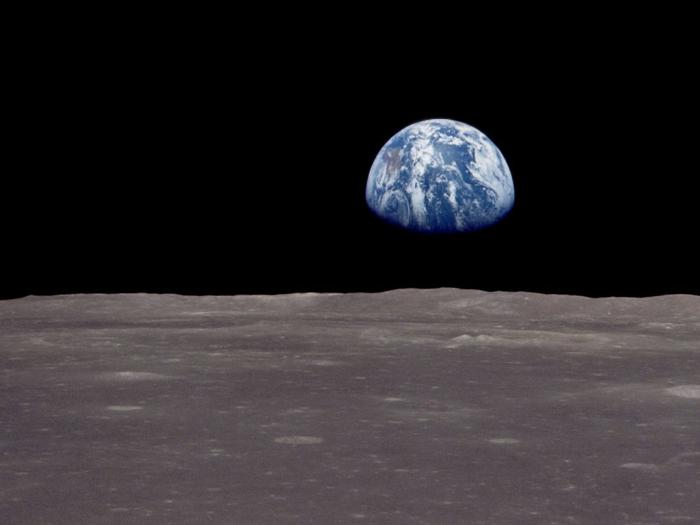 premier-pas-sur-la-lune-vol-établi-par-la-NASA-la-terre-vue-de-la-lune