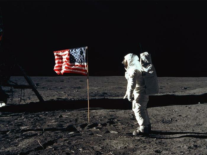 premiers-pas-sur-la-lune-Transit-vers-la-Lune-et-atterrissage-astronaute-flag