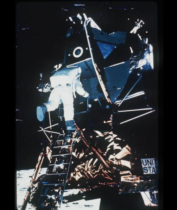 premiers-pas-sur-la-lune-Transit-vers-la-Lune-et-atterrissage-escalier-astronaute