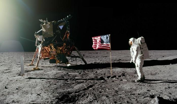 premiers-pas-sur-la-lune-Transit-vers-la-Lune-et-atterrissage-station-de-lune