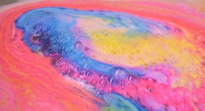 produit-lush-produits-shampoing-lush-coloré-eau-baignoire
