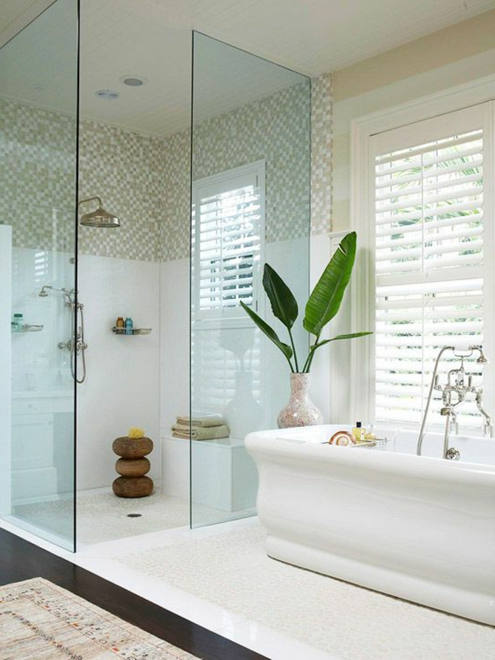quel-amenagement-petite-salle-de-bain-ave-baignoire-blanche-plante-verte-d-intérieur-moderne