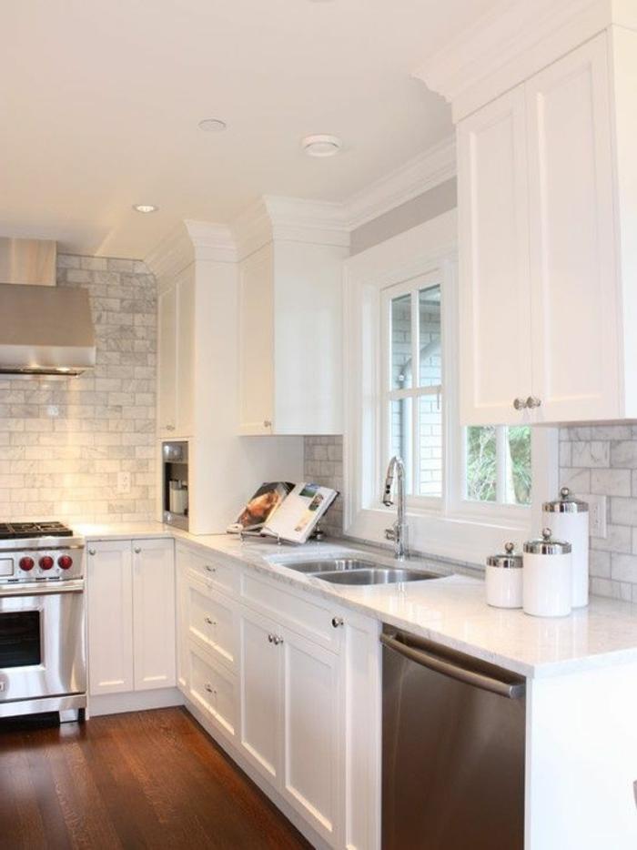rénover-sa-cuisine-avec-meubles-blancs-et-sol-en-parquet-en-bois-foncé-et-plafond-blanc