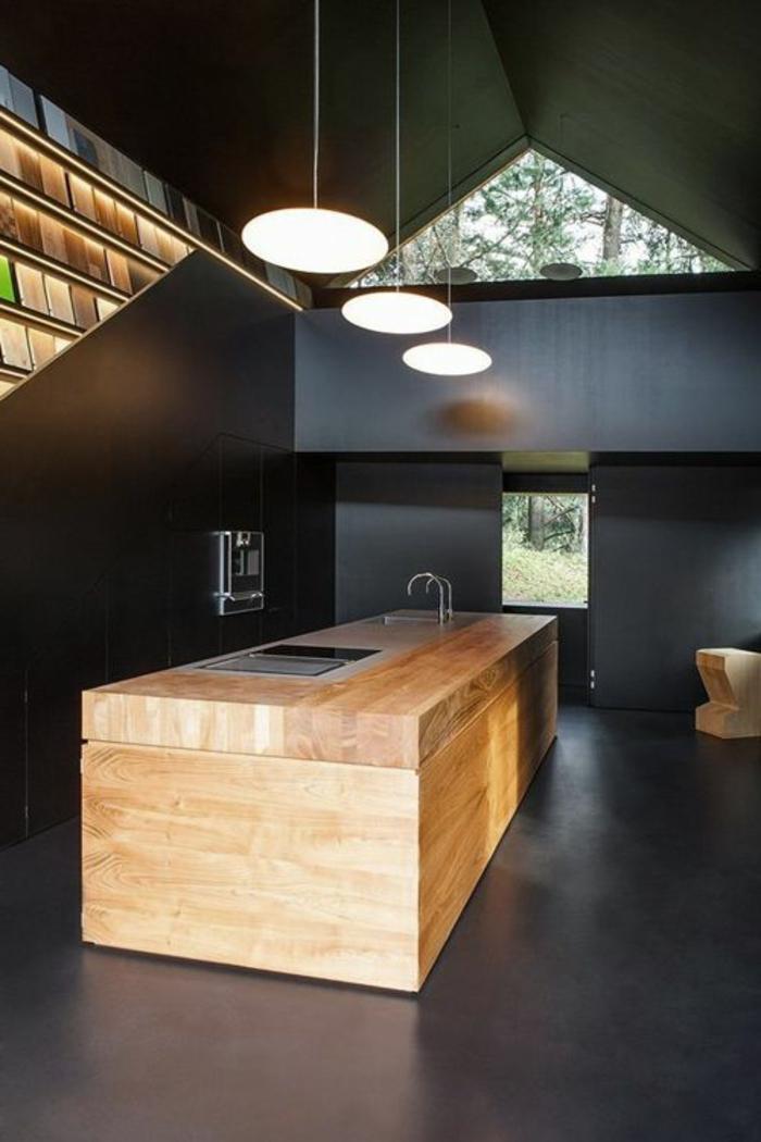 relooker-sa-cuisine-plafond-sous-pente-murs-noirs-sol-en-lino-noir-meubles-de-cuisine-en-bois