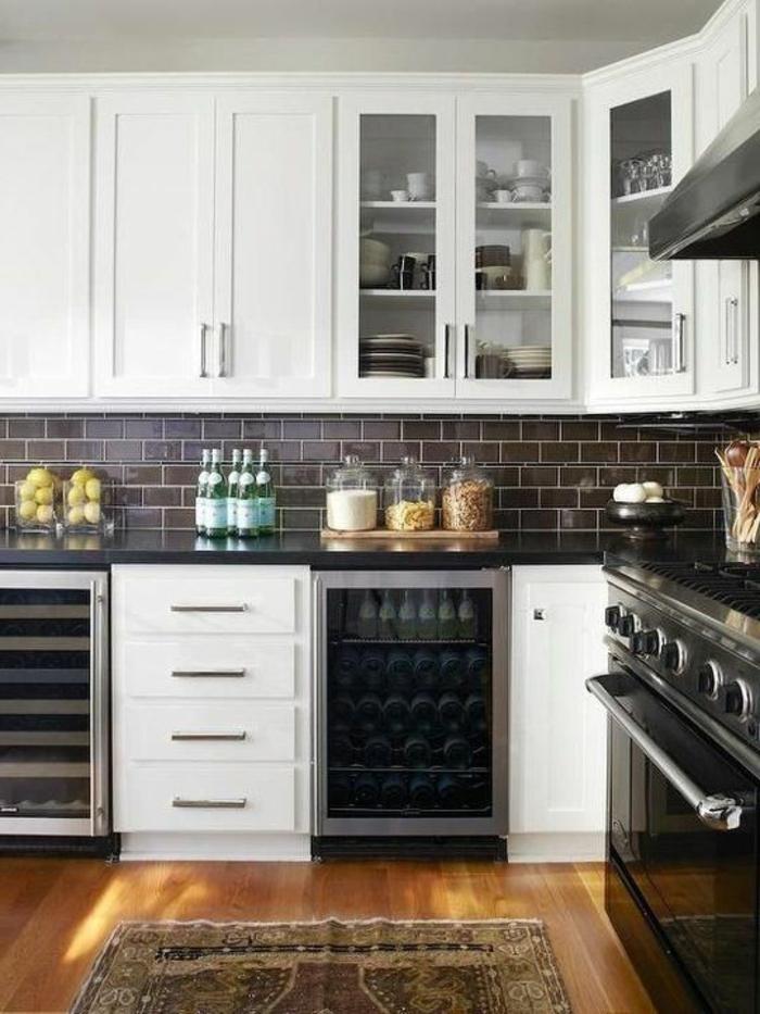 relooker-sa-cuisine-sol-en-parquet-clair-tapis-coloré-meubles-de-cuisine-modernes-carrelage-noir-dans-la-cuisine