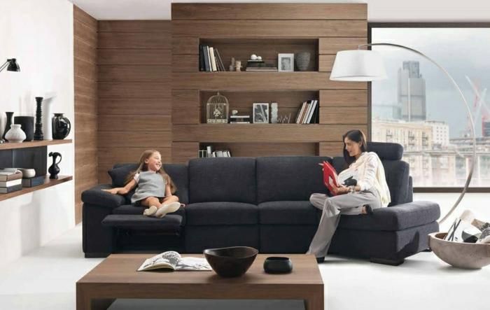 revetement-mural-bois-pièce-vintage-décoration-de-mur-mer-et-fille-sur-grand-sofa
