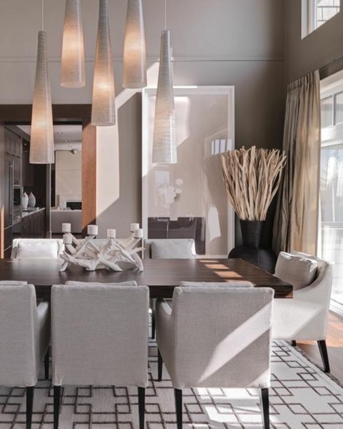 salle-à-manger-contemporaine-avec-tapis-gris-et-chaises-gris-dans-la-salle-de-sejour-moderne