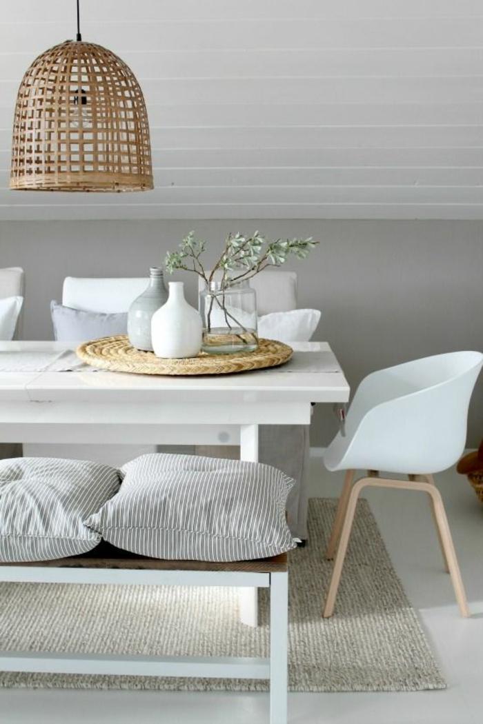 salle-a-manger-complete-pas-cher-avec-chaises-contemporaines-banches-en-plastique-et-plafond-sous-pente