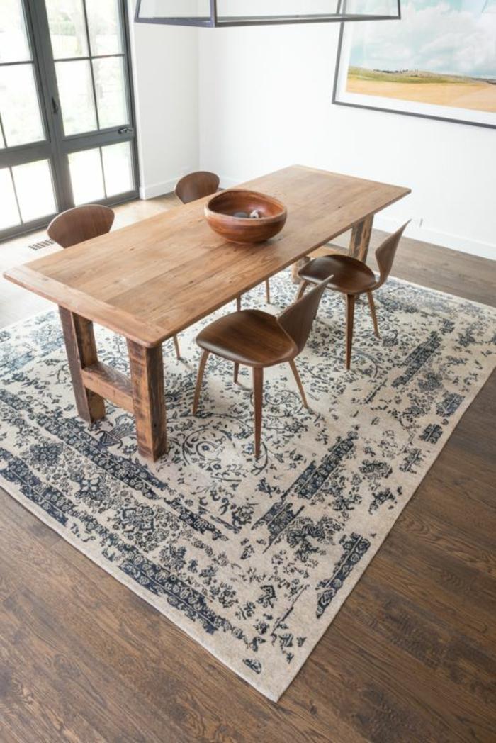 salle-a-manger-contemporaine-complete-en-bois-clair-avec-tapis-care-beige-et-bleu-sol-en-parquet-foncé