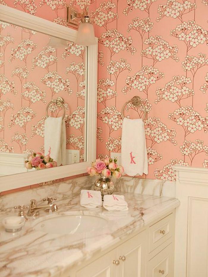 salle-de-bain-avec-meubles-blancs-en-bois-et-murs-roses-avec-fleurs-décoratifs-salle-de-bain-chabby-chic
