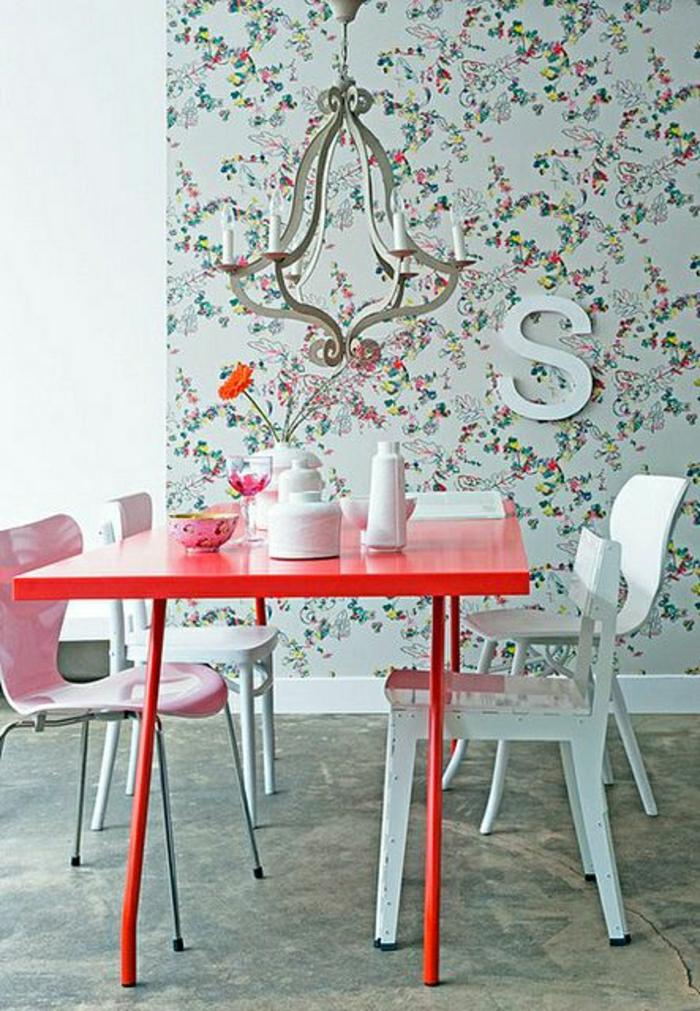 salle-de-séjour-avec-papier-peint-avec-fleurs-papier-peint-de-couleur-bleu-clair-et-fleurs