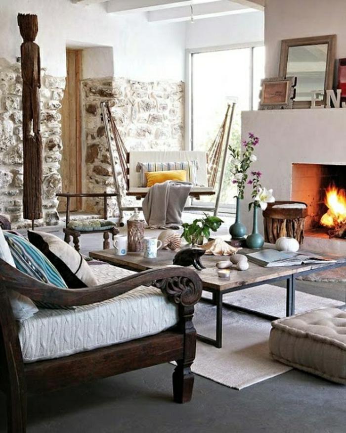 salon-avec-mur-imitation-pierre-et-fauteuil-en-bois-foncé-et-table-basse-en-bois