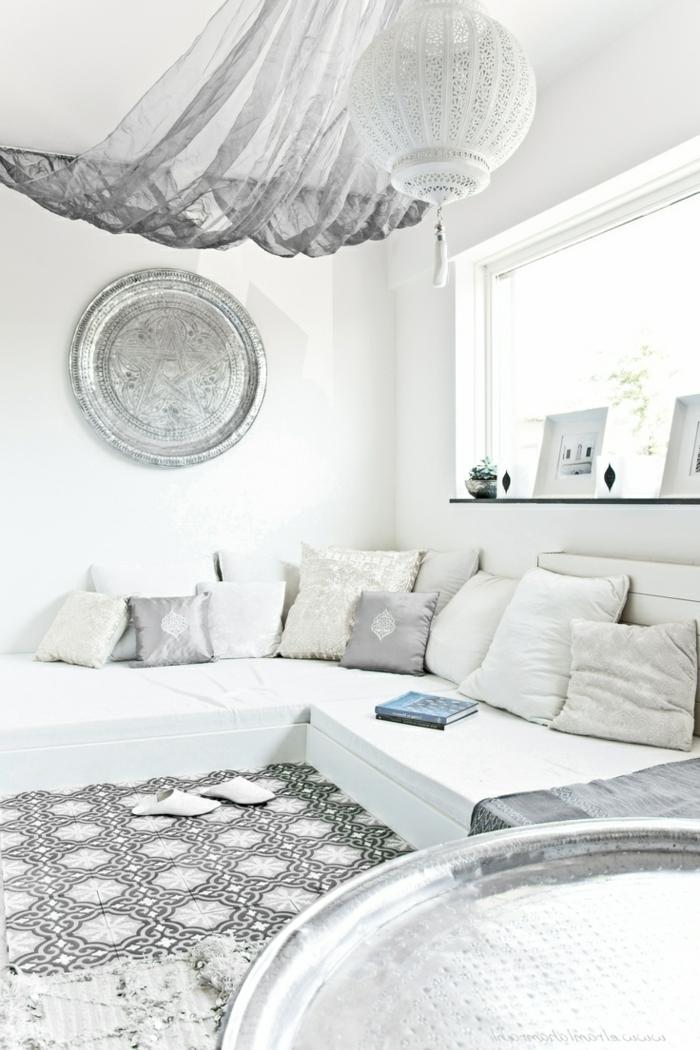 Le salon marocain de mille et une nuits en 50 photos - Decorer grand mur blanc ...