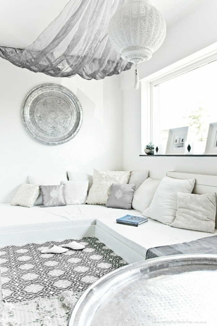 salon-marocain-blanc-meubles-d-intérieur-blancs-murs-blancs-meubles-modernes-salon-marocain