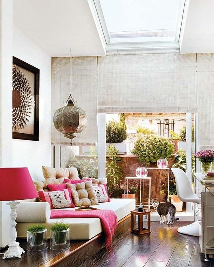 salon-marocain-moderne-accents-roses-déco-exotique-de-salle-de-séjour