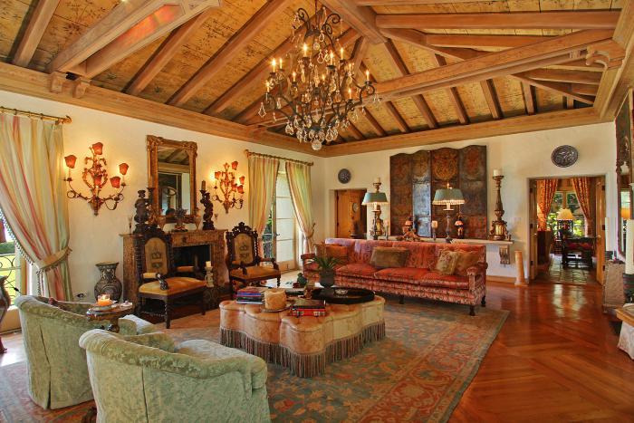 salon-marocain-moderne-aménagement-impressionnant-chandelier-antique