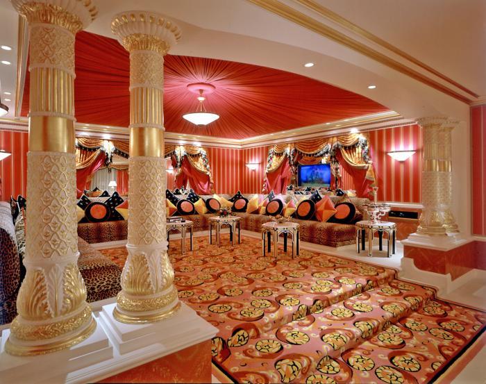salon-marocain-moderne-intérieur-exceptionnel-luxueux-grands-piliers
