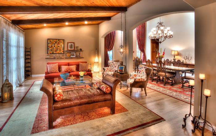 salon marocain moderne, bougeoirs noirs en fer, plafond en bois, sofa ...
