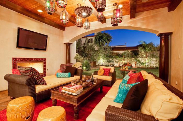 salon-marocain-moderne-lanternes-suspendues-au-plafond-en-bois