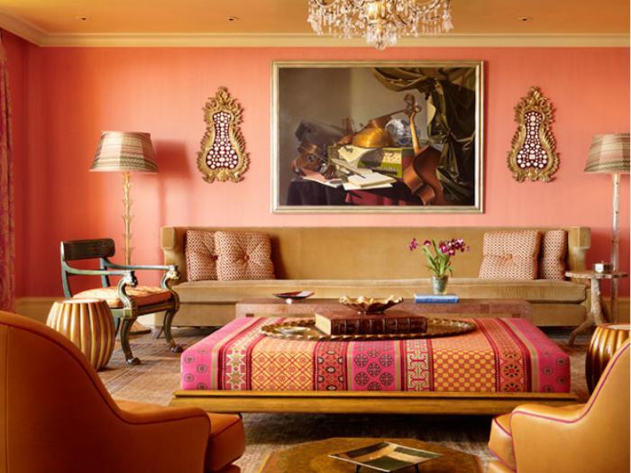 salon-marocain-moderne-pièce-en-couleur-corail-grande-table-originale