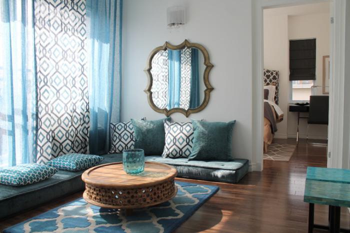 salon-marocain-moderne-pièce-marocaine-en-bleu