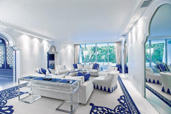 salon-marocain-moderne-salle-de-séjour-élégnt-en-blanc-et-bleu-portes-arquées