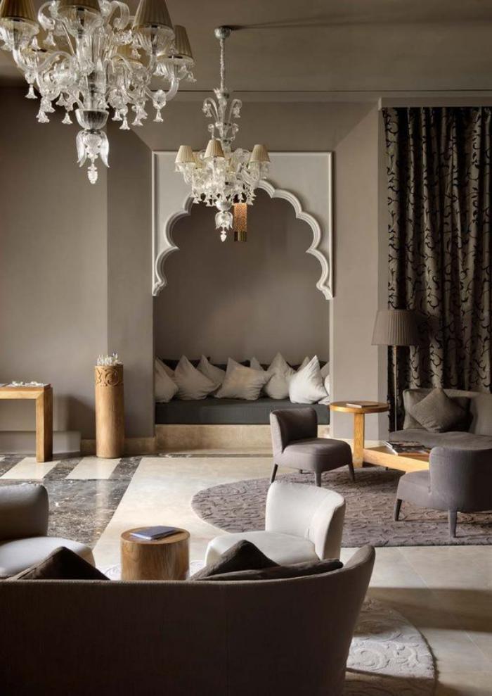 salon-marocain-moderne-salle-de-séjour-en-marron-et-blanc