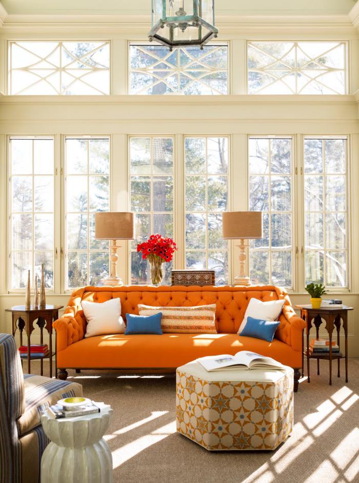 salon-marocain-moderne-sofa-orange-capitonné-pièce-en-blanc-beige-et-orange