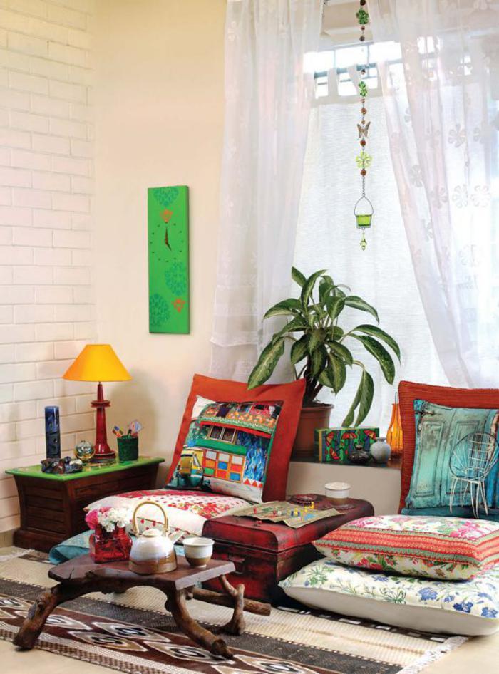 salon-marocain-moderne-tabouret-bois-brut-et-vieille-valise-comme-table