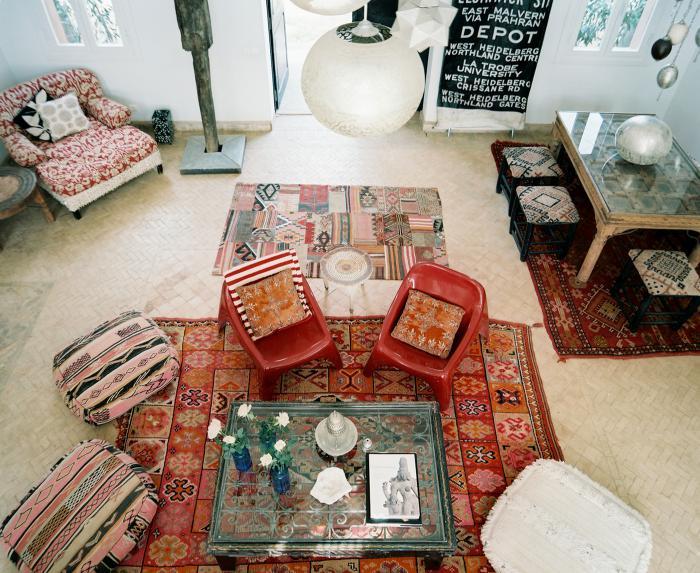salon-marocain-moderne-textiles-marocains-aménagement-ethnique-de-salle-de-séjour