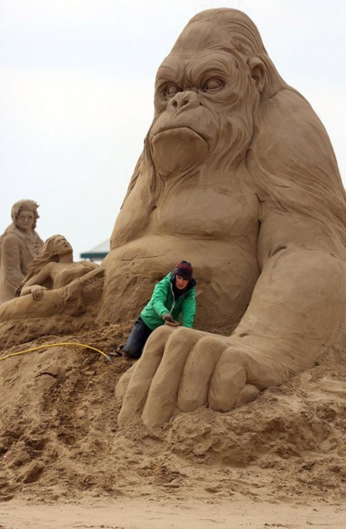 sculpture-de-sable-énorme-King-KOng-fait-avec-sable